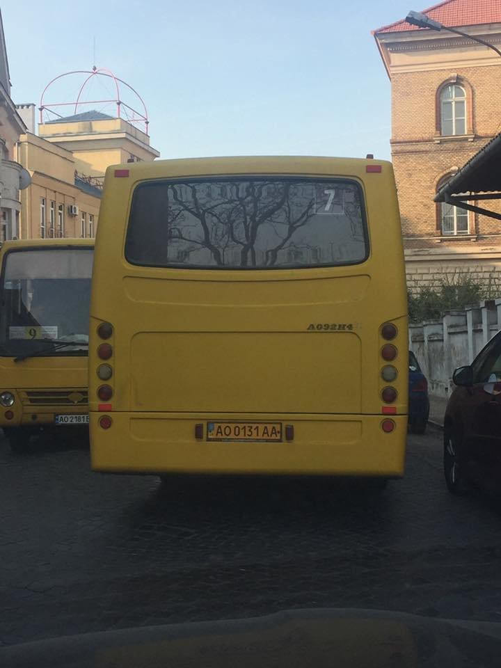 В Ужгороді на вулиці Панаса Мирного сталась ДТП за участю маршрутки: фото, фото-1