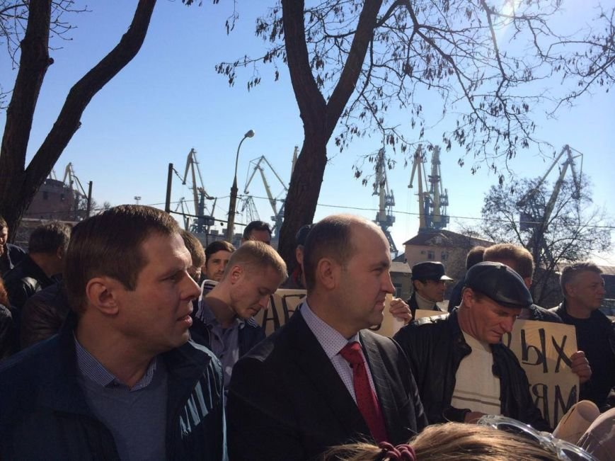 В Мариуполе группа докеров устроила митинг и разгневала других портовиков (ФОТО, ВИДЕО), фото-2