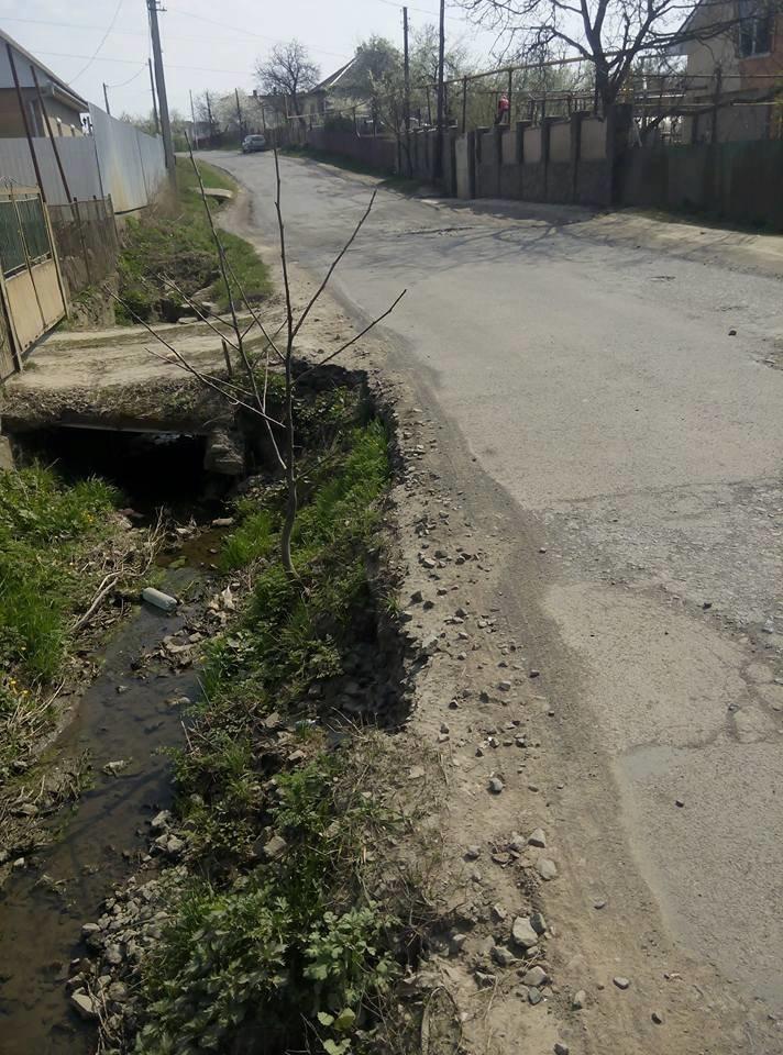"""У мікрорайоні """"Горяни"""" через обвал дороги трапляються ДТП: фото, фото-1"""