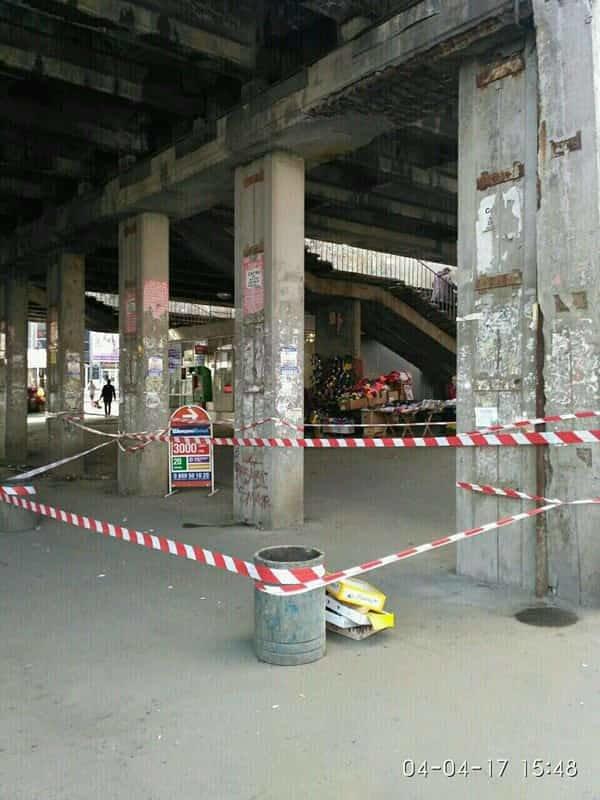 Еще один мост: в Киеве кусок бетона травмировал женщину (ФОТО), фото-1