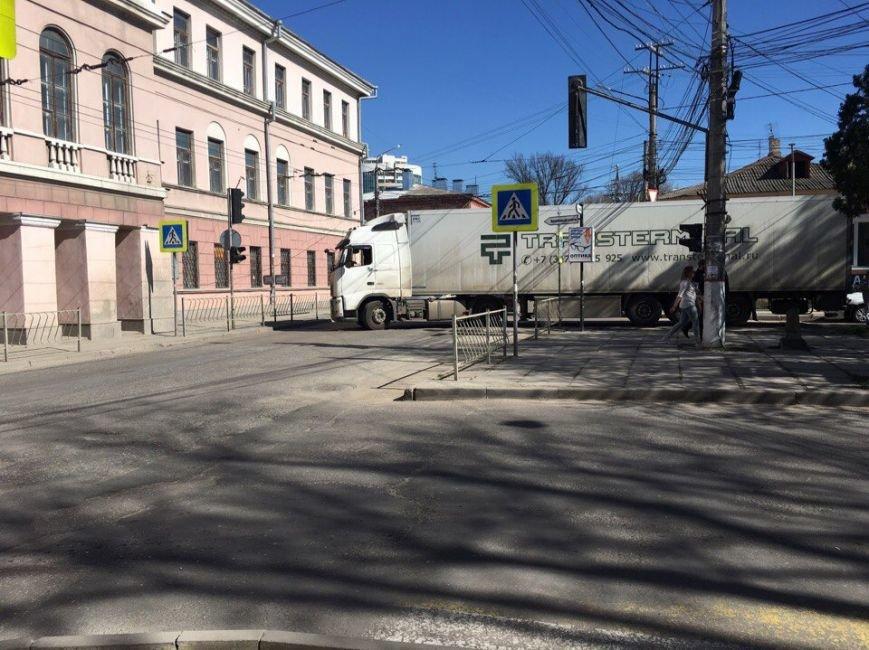 В центре Симферополя заблудился водитель фуры, устроив большую пробку (ФОТО), фото-1