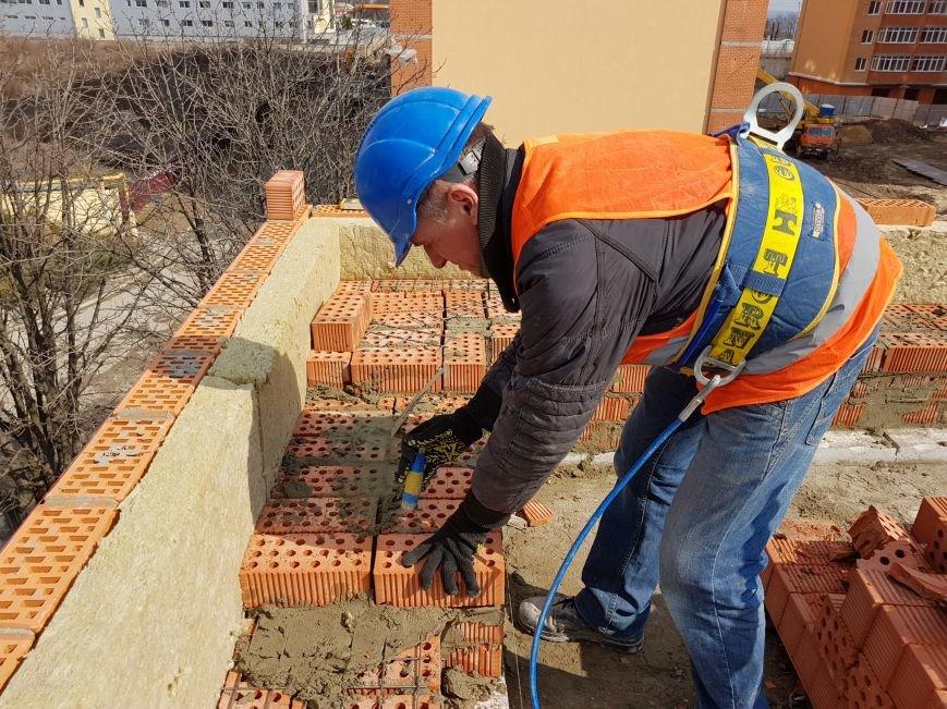 процесс кирпичной кладки несущих стен 11-й секции