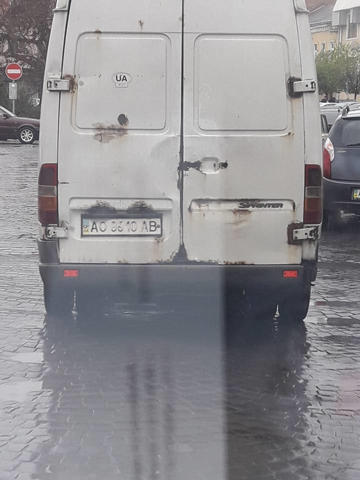 """В Ужгороді на Корятовича мікроавтобус зачепив елітний """"Мерседес"""" """"італійця"""": фото, фото-2"""