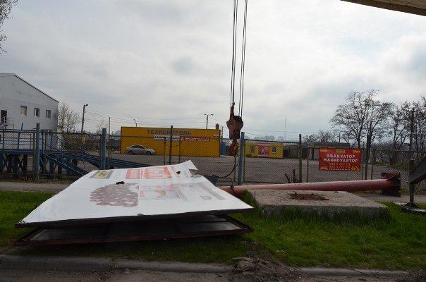 В Мариуполе демонтируют незаконно установленные рекламные щиты (ФОТО), фото-2