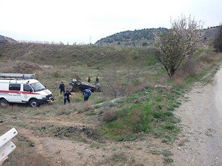 В Крыму автомобиль слетел с дороги и перевернулся (ФОТО), фото-1