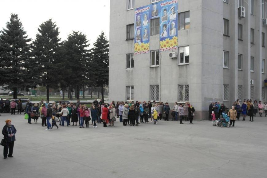 У стен исполкома проходит митинг в поддержку мэра Покровска Руслана Требушкина, фото-5