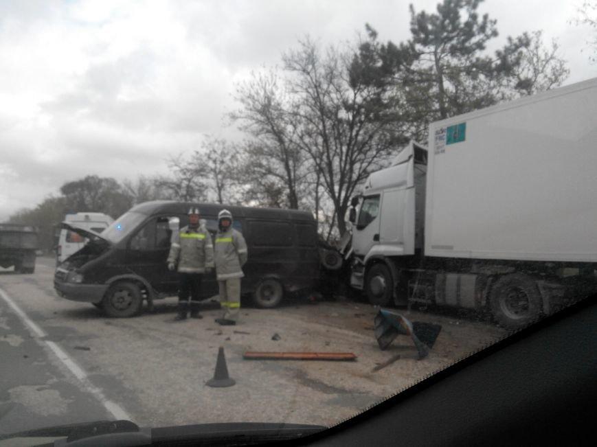 На трассе Симферополь-Севастополь фура врезалась в автомобиль дорожников: один человек погиб, двое пострадали (ФОТО, обновлено), фото-4