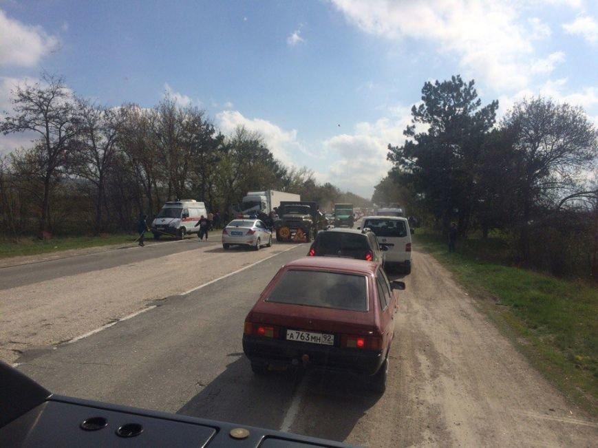 На трассе Симферополь-Севастополь фура врезалась в автомобиль дорожников: один человек погиб, двое пострадали (ФОТО, обновлено), фото-1