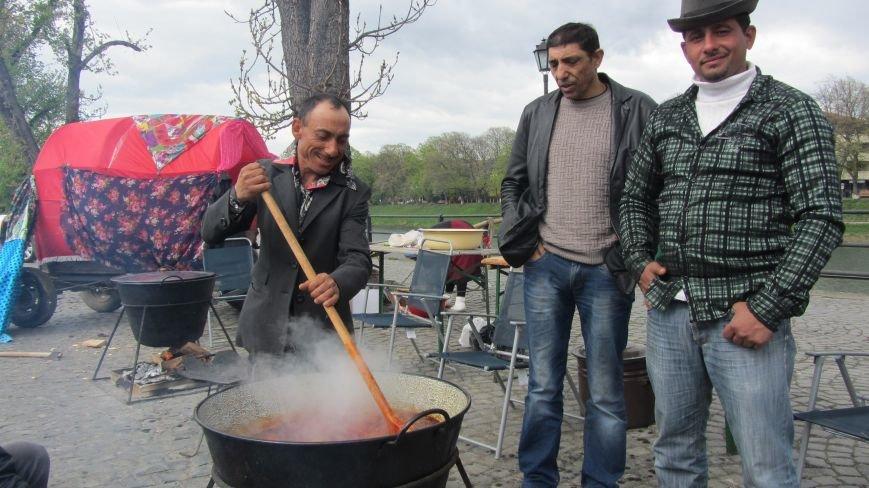 Запальні танці, бограч та квіти на Ужі - в Ужгороді гуляють роми: фоторепортаж, фото-3