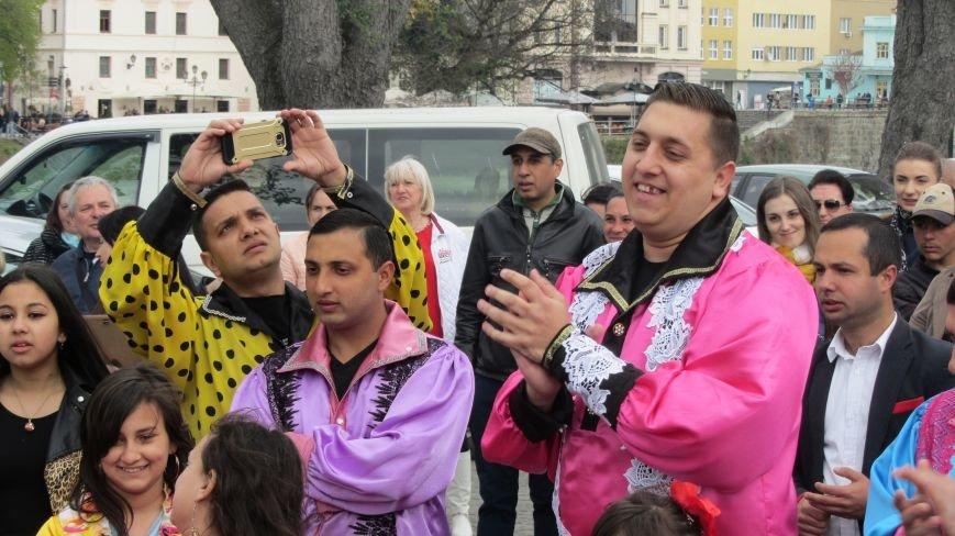 Запальні танці, бограч та квіти на Ужі - в Ужгороді гуляють роми: фоторепортаж, фото-4
