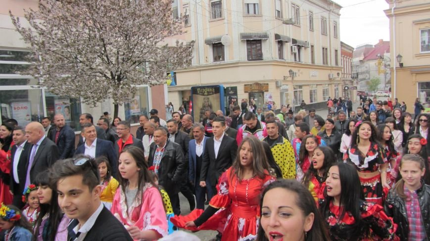 Запальні танці, бограч та квіти на Ужі - в Ужгороді гуляють роми: фоторепортаж, фото-8