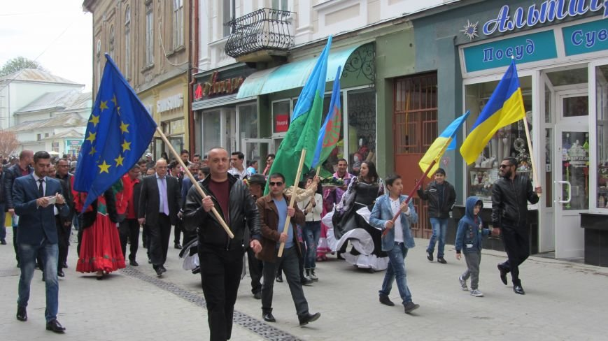 Запальні танці, бограч та квіти на Ужі - в Ужгороді гуляють роми: фоторепортаж, фото-2