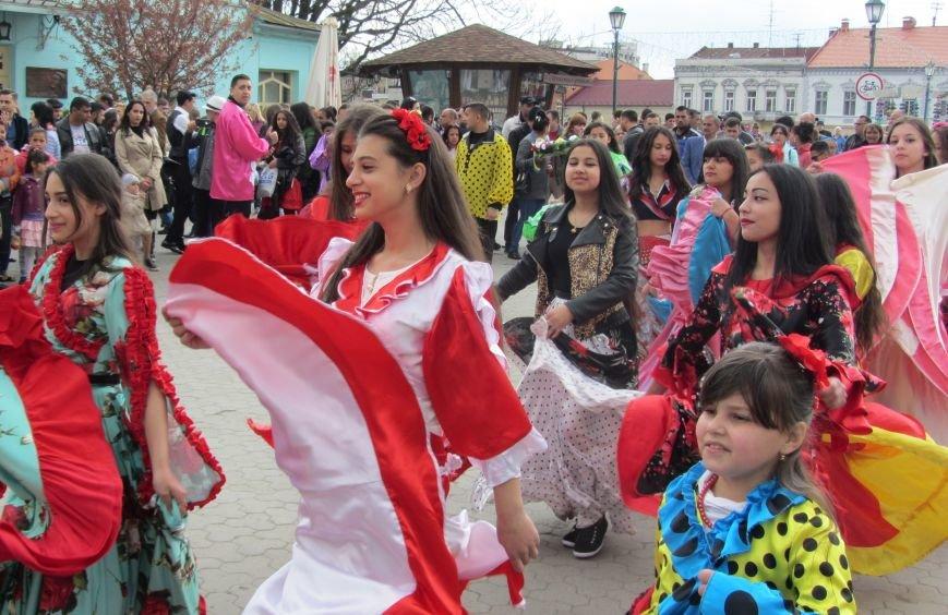 Запальні танці, бограч та квіти на Ужі - в Ужгороді гуляють роми: фоторепортаж, фото-1