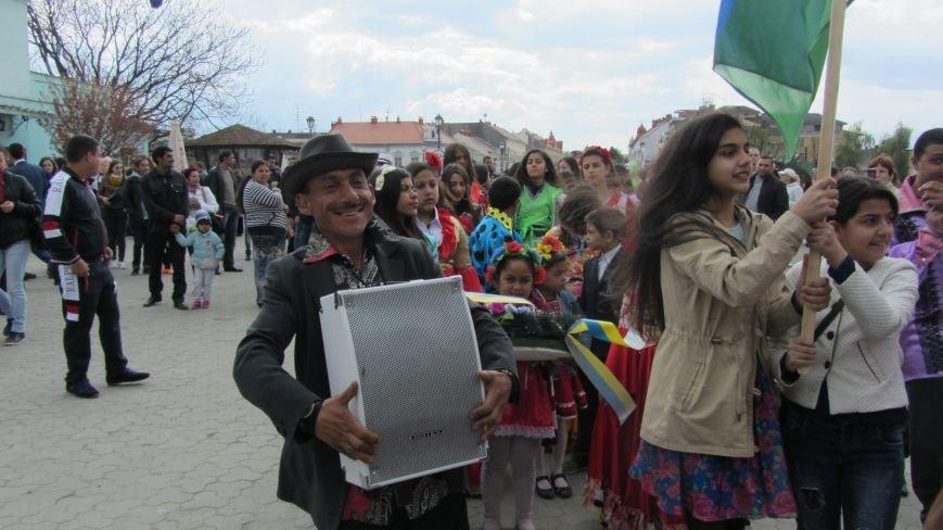 Запальні танці, бограч та квіти на Ужі - в Ужгороді гуляють роми: фоторепортаж, фото-6