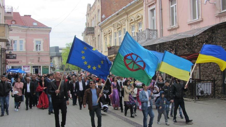 Запальні танці, бограч та квіти на Ужі - в Ужгороді гуляють роми: фоторепортаж, фото-10