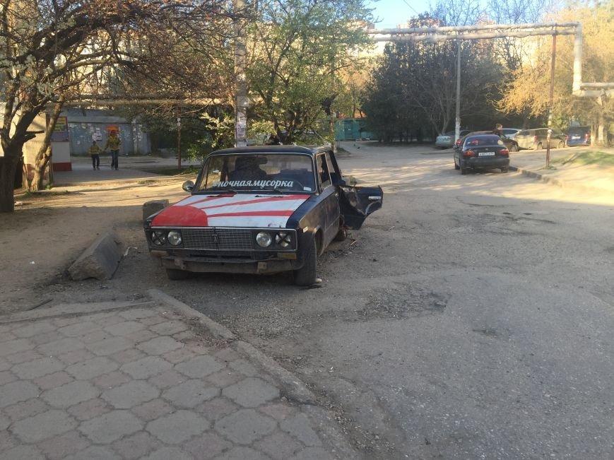 Симферопольцы превратили брошенный автомобиль в местную достопримечательность (ФОТОФАКТ), фото-1