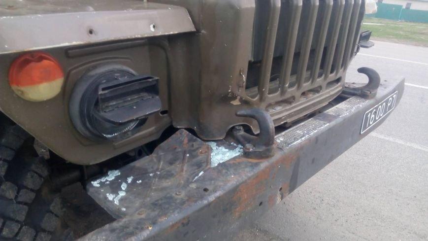 """""""Он не собирался тормозить"""": военный грузовик протащил легковушку по трассе, фото-1"""