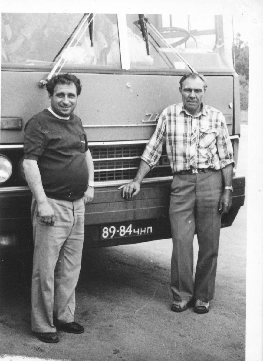 у автобуса Іван Шабовта (ліворуч) та  Петро Грознов