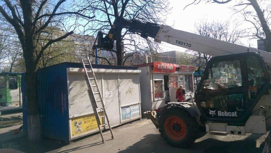 Возле мариупольской больницы снесли МАФ и строят киоск для торговли пивом (ФОТО, ВИДЕО), фото-3