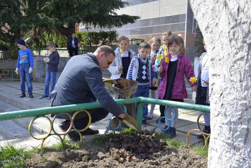 В Ялтинской школе № 1 провели акцию «От сердца к сердцу» и высадили   тюльпаны, фото-5