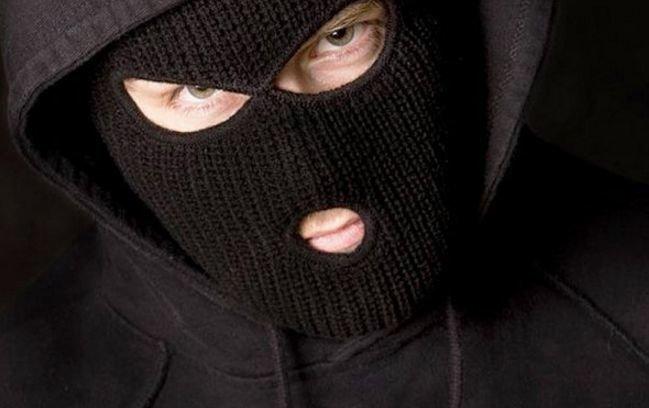 На Закарпатті чоловіки у масках, погрожуючи розправою жінці, викрали сейф з грошима, фото-1