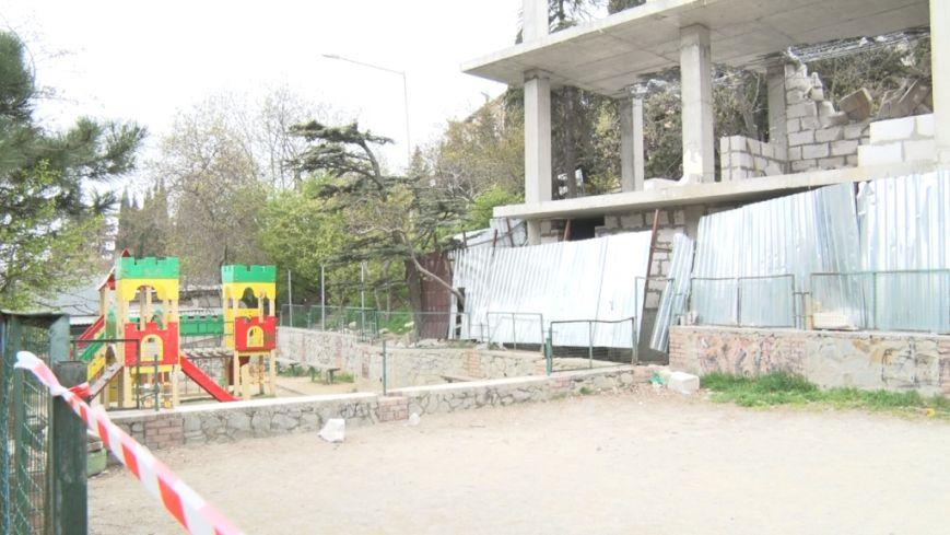 Трехэтажному строению не место на детской площадке (7)