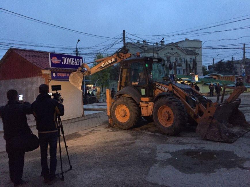 С раннего утра на Центральном рынке Симферополя сносят павильоны (ФОТО), фото-4