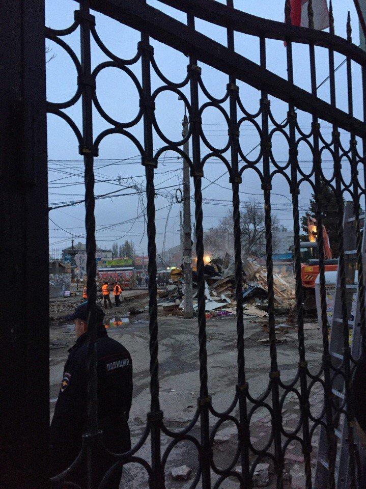 С раннего утра на Центральном рынке Симферополя сносят павильоны (ФОТО), фото-5
