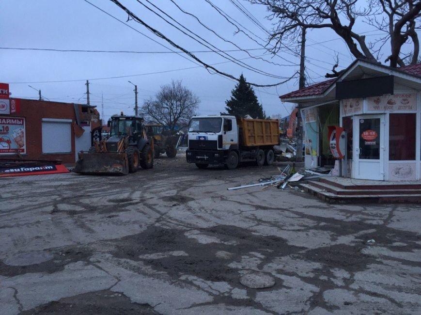 С раннего утра на Центральном рынке Симферополя сносят павильоны (ФОТО), фото-1