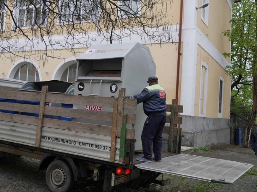 В Ужгороді скриньку для одягу та іграшок малозабезпеченим встановили у дворику художнього музею: фото, фото-2