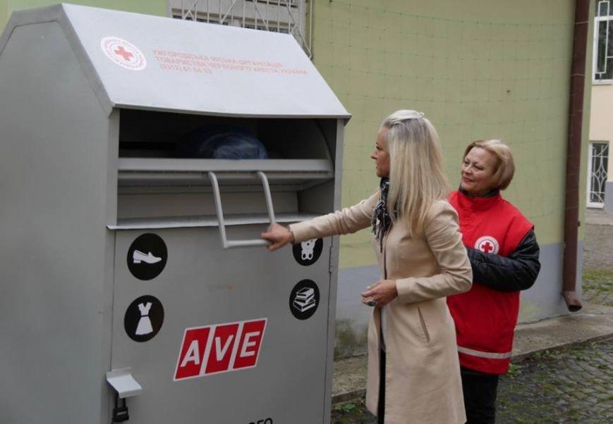 В Ужгороді скриньку для одягу та іграшок малозабезпеченим встановили у дворику художнього музею: фото, фото-1