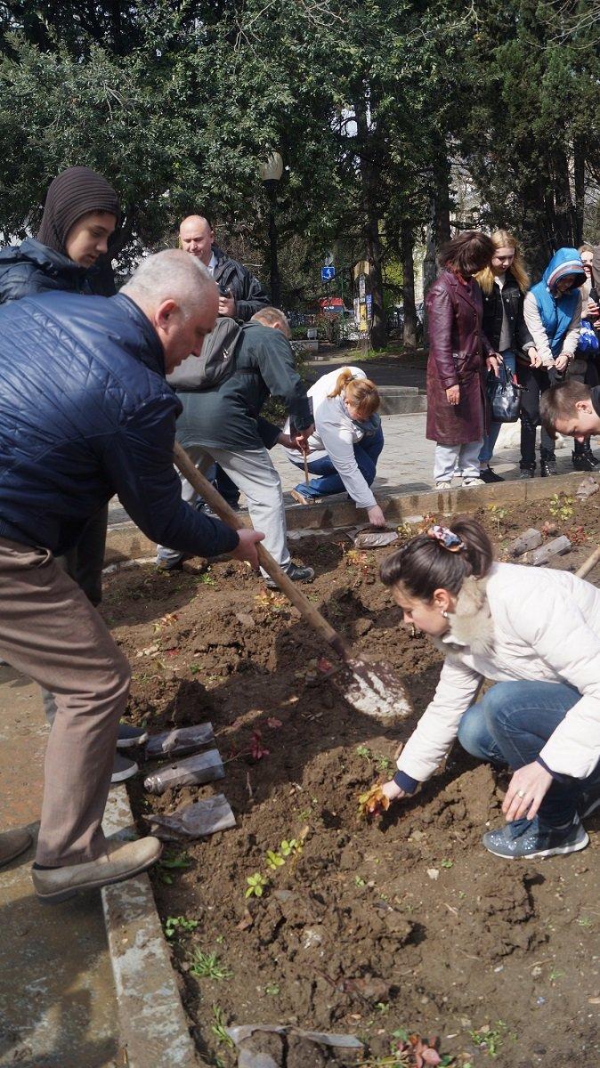 В Ялте прошла акция «Посади розу памяти» (8)
