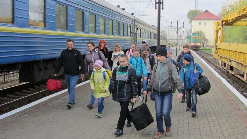 11 школярів із «сірої зони» Луганська зустрічатимуть Великдень на Закарпатті: фоторепортаж, фото-1