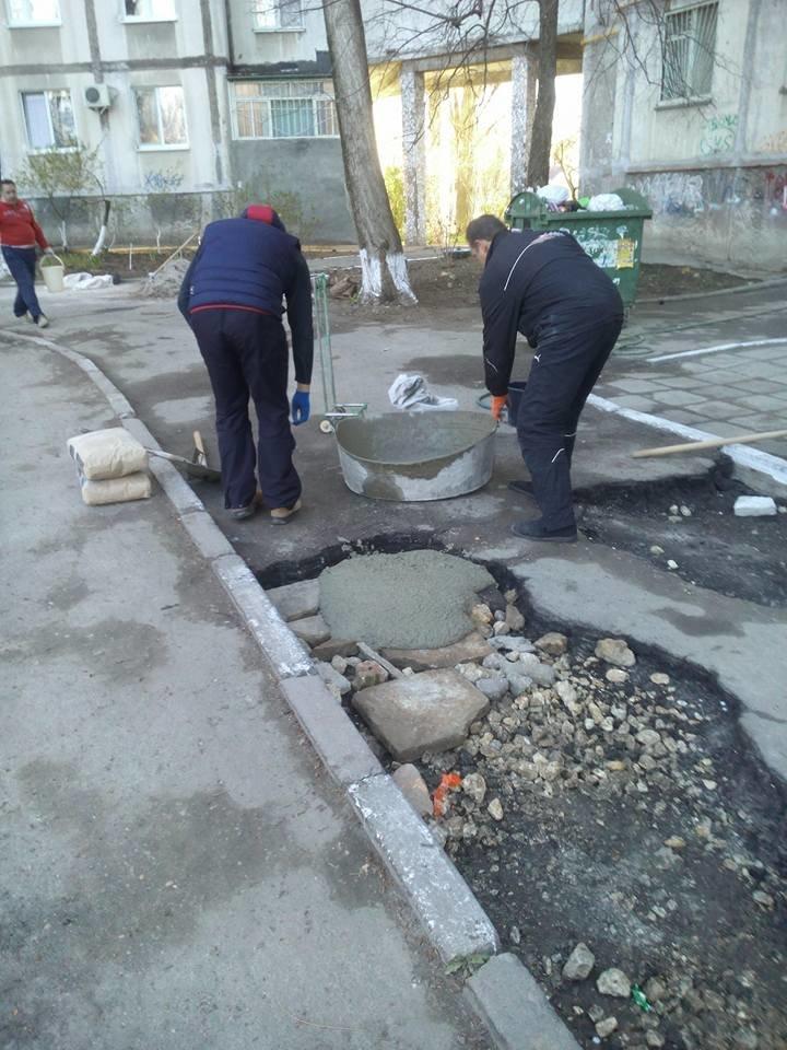 Херсонцы сами заделали ямы во дворе многоквартирного дома (фото), фото-2