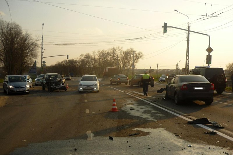 Под Белгородом столкнулись две иномарки и КамАЗ, фото-1