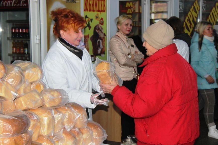 В Херсоне на Центральном рынке бесплатно раздавали хлеб (фото), фото-1