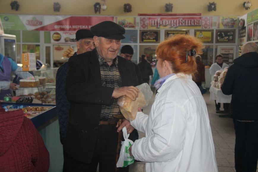 В Херсоне на Центральном рынке бесплатно раздавали хлеб (фото), фото-3