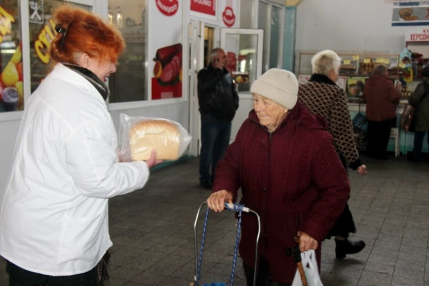 В Херсоне на Центральном рынке бесплатно раздавали хлеб (фото), фото-2