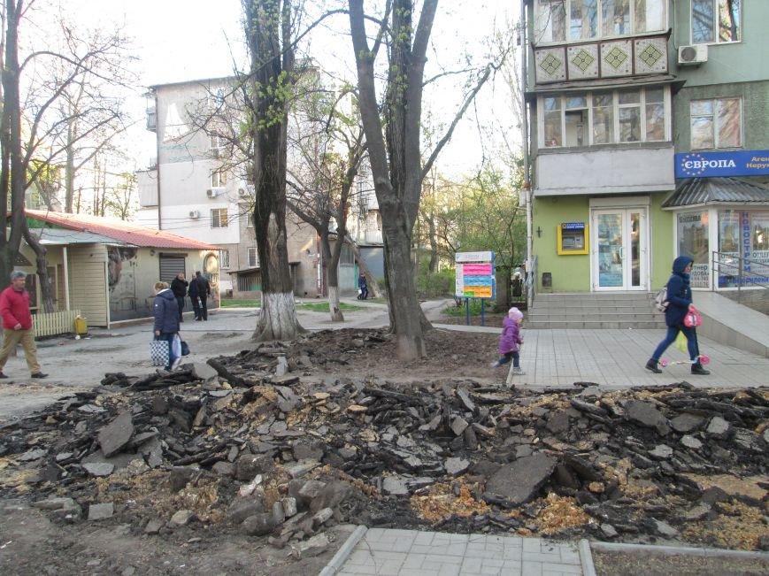 Разрыли и оставили: Как в Одессе на Черемушках «благоустраивают» тротуар (ФОТО), фото-4