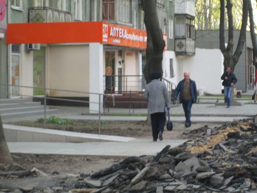 Разрыли и оставили: Как в Одессе на Черемушках «благоустраивают» тротуар (ФОТО), фото-5