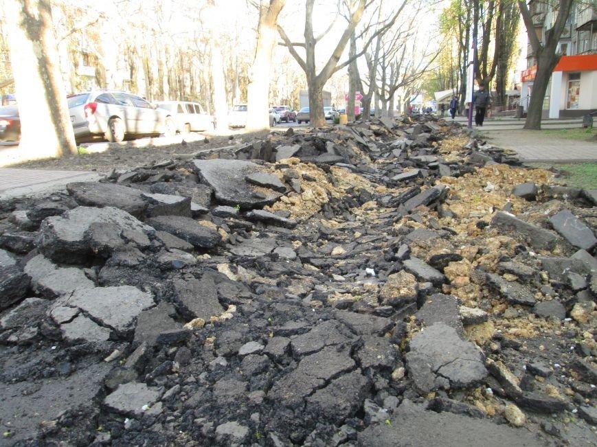 Разрыли и оставили: Как в Одессе на Черемушках «благоустраивают» тротуар (ФОТО), фото-1