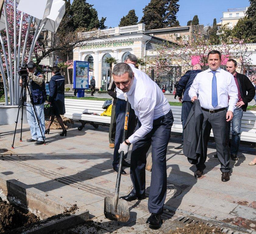 Руководители города пополнили аллею пальм (1)