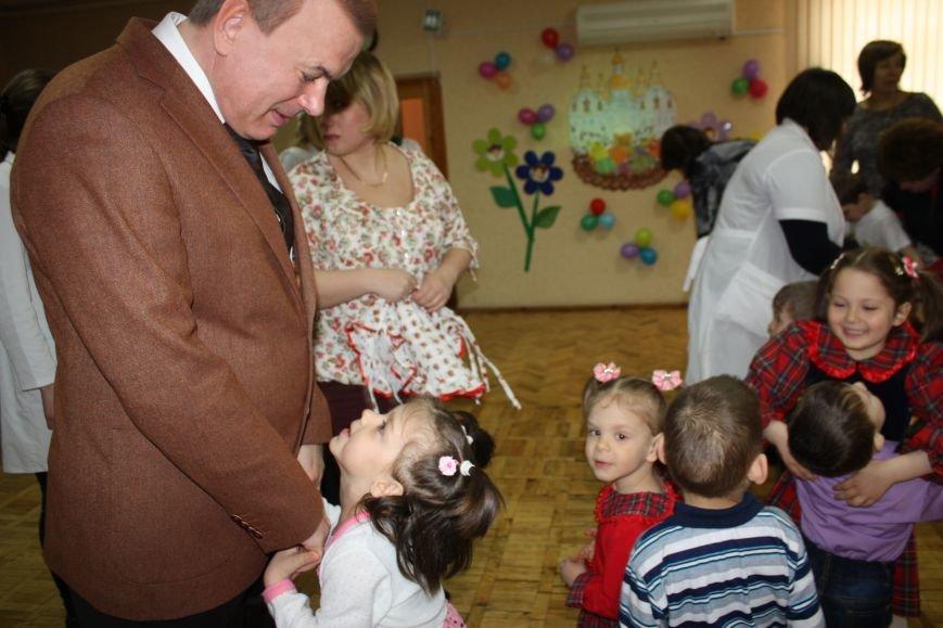 """Воспитанники """"Солнышка"""" вместе с шефами учились украшать куличи, фото-1"""