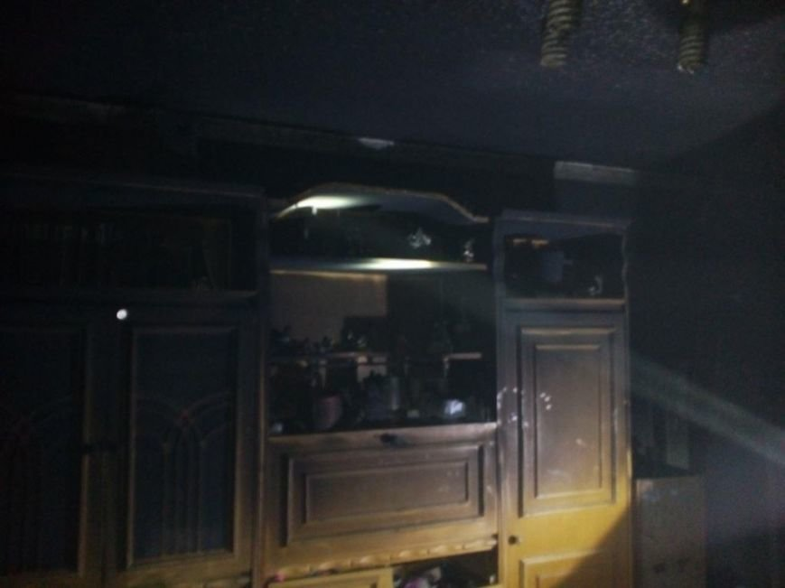 У Мукачеві пожежники евакуювали батька з донькою з палаючої квартири п'ятиповерхівки: фото, фото-2