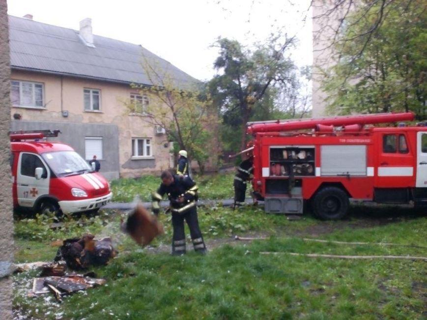 У Мукачеві пожежники евакуювали батька з донькою з палаючої квартири п'ятиповерхівки: фото, фото-1