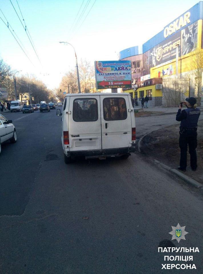 Патрульные эвакуировали автомобиль, который перегородил выезд со двора (фото), фото-1