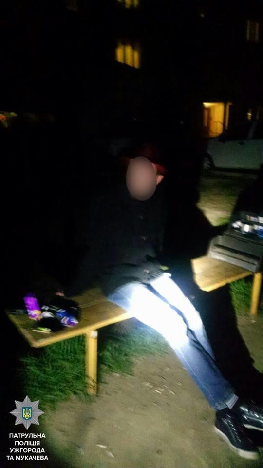 Молодик здав ужгородським патрульним трьох чоловіків, які купували наркотики у дворі на Чорновола: фото, фото-1