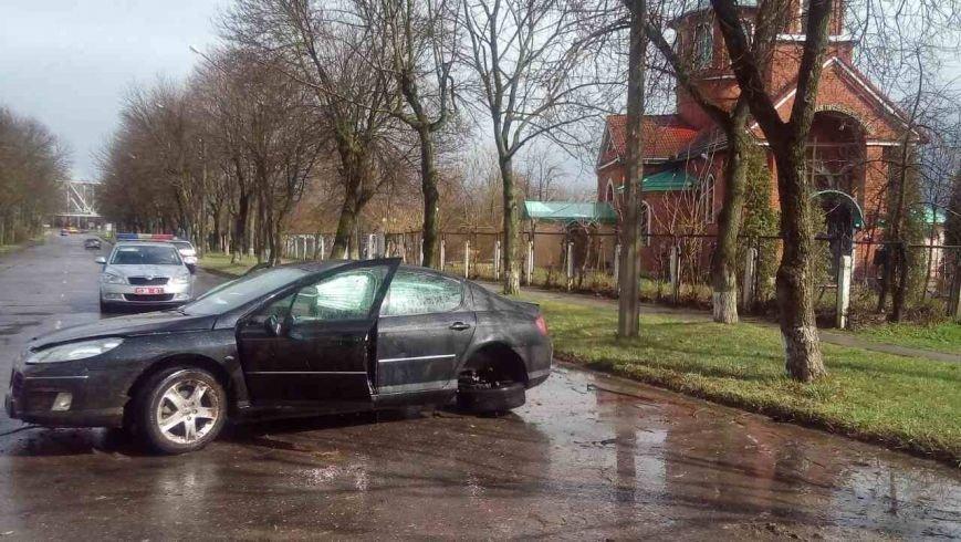 В Полоцке Peugeot из-за дождя врезался в дерево: у авто оторвало задние колеса. ФОТО/ВИДЕО, фото-1