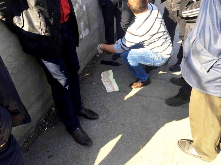 В Херсоне задержали полицейского при получении взятки в 6 тыс. гривен (фото), фото-1