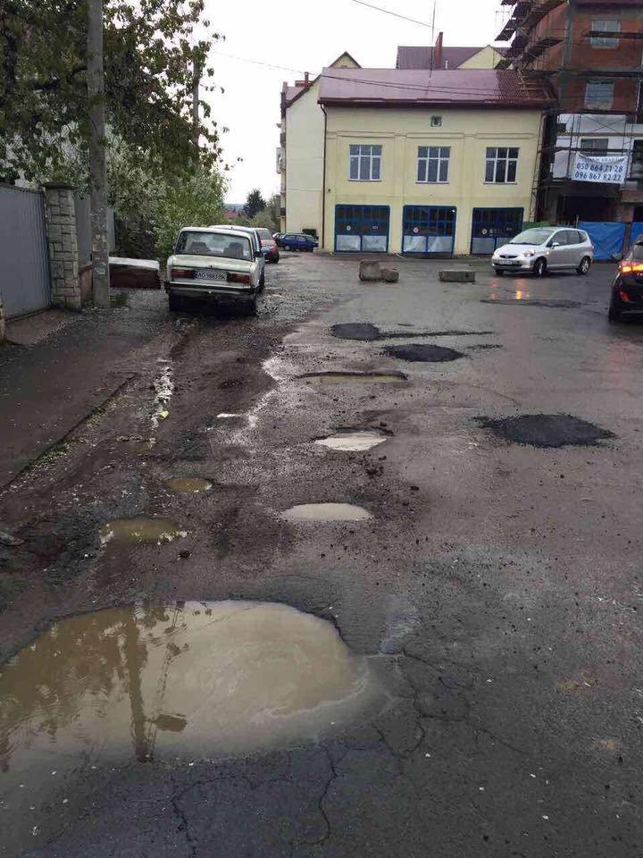Як в Ужгороді комунальники-недоумки кладуть асфальт у калюжі: фото, відео, фото-4